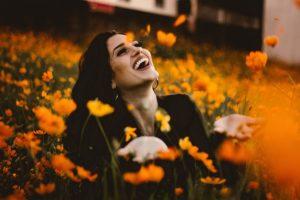 Person erfreut sich an Blumen